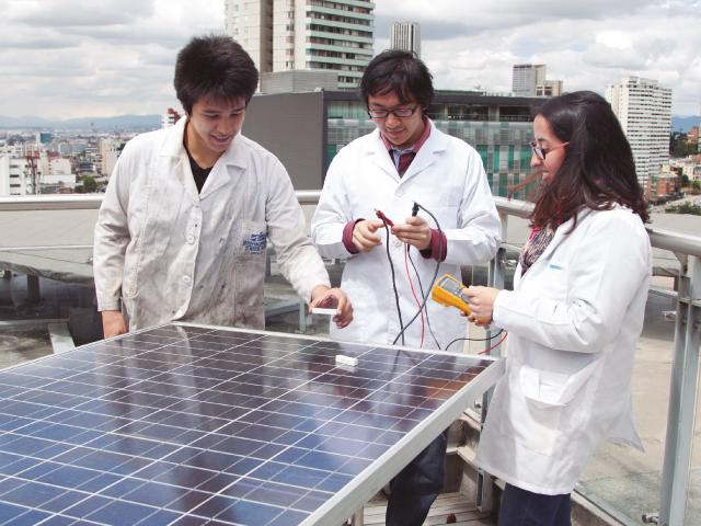 Estudiantes haciendo mediciones en paneles solares | Uniandes