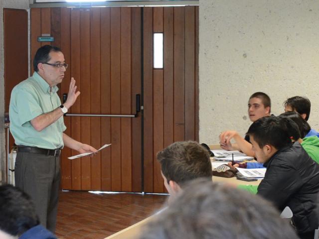 Estudiantes en clase del profesor Alvaro Pinilla | Uniandes