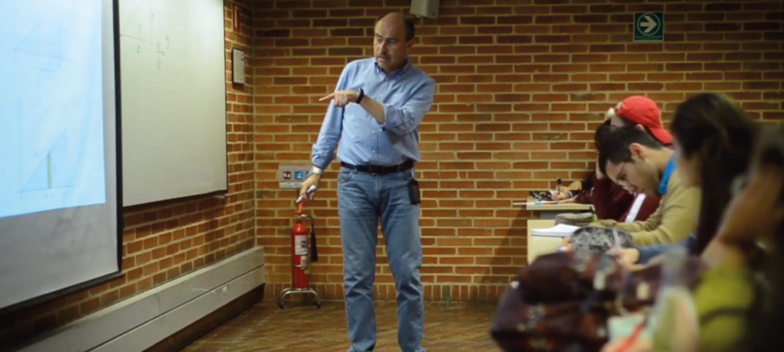 Estudiantes en clase con el profesor Luis Mario Mateus | Uniandes