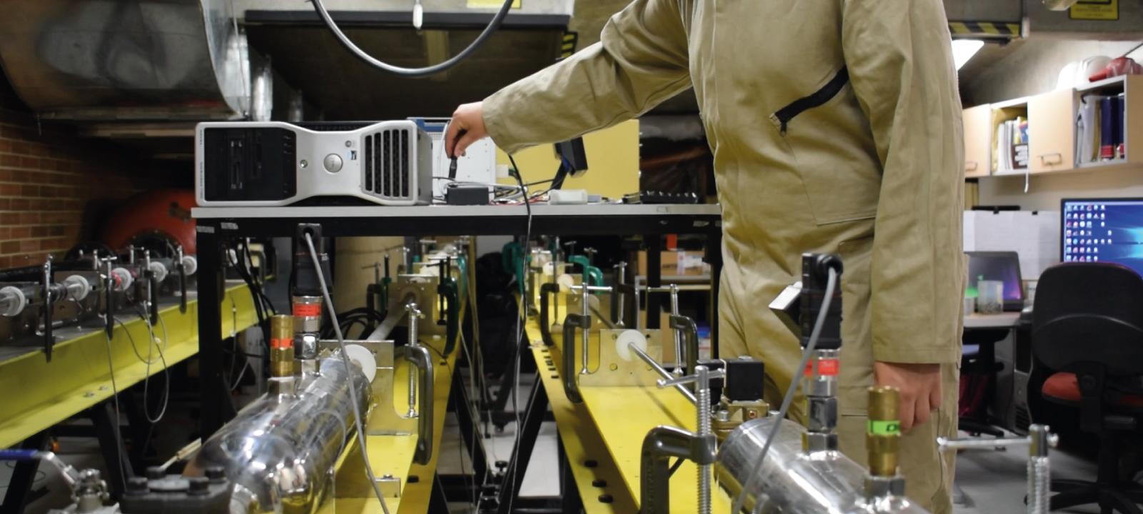Estudiante trabajando en laboratorio de materiales compuestos | Uniandes
