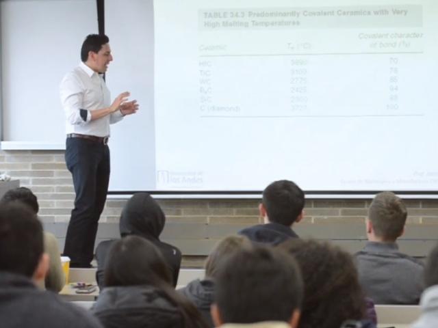Profesor Jairo Escobar dando clase en de maestría | Uniandes