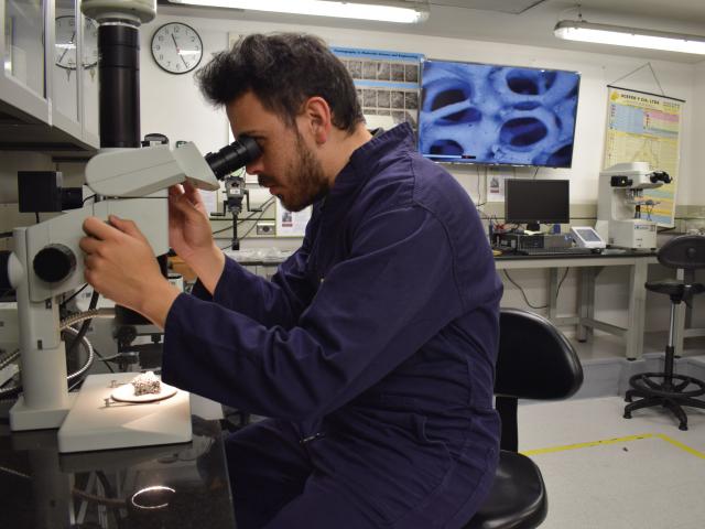 Estudiante trabajando en el laboratorio de microscopía óptica | Uniandes