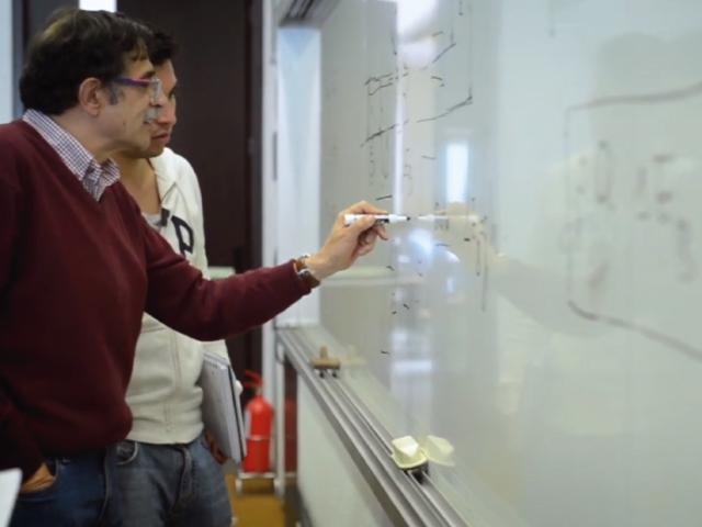 Estudiante en clase con el profesor José Rafael Toro | Uniandes