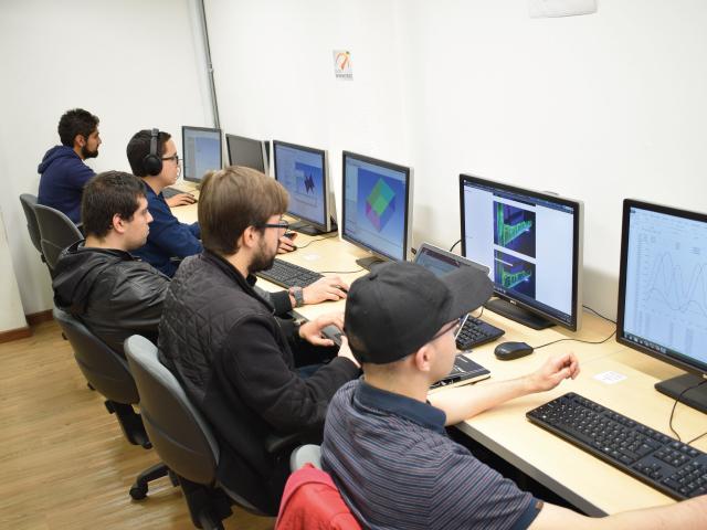 Estudiantes trabajando en la sala de simulación | Uniandes