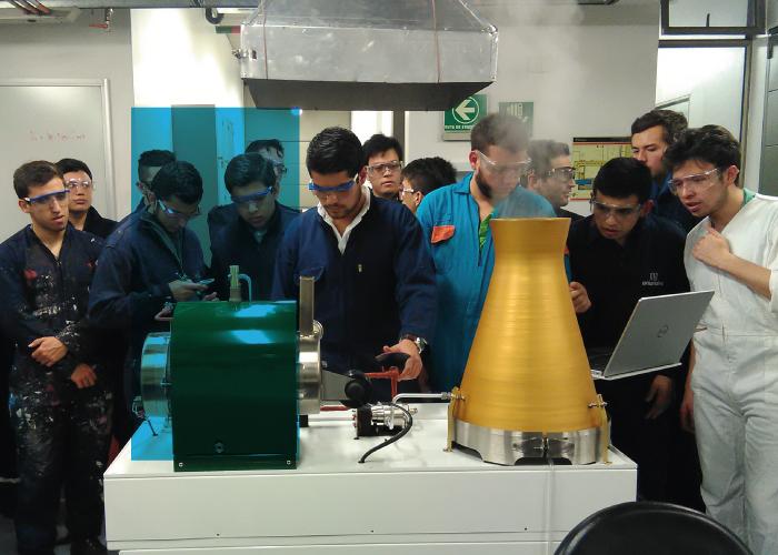 Estudiantes trabajando en el laboratorio de conversión de energía