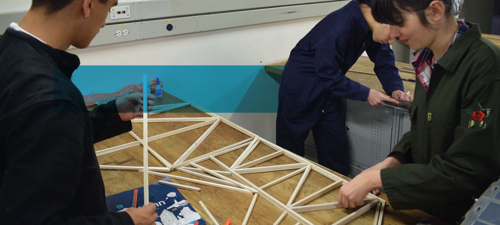 Estudiantes creando una estructura en el laboratorio de manufactura