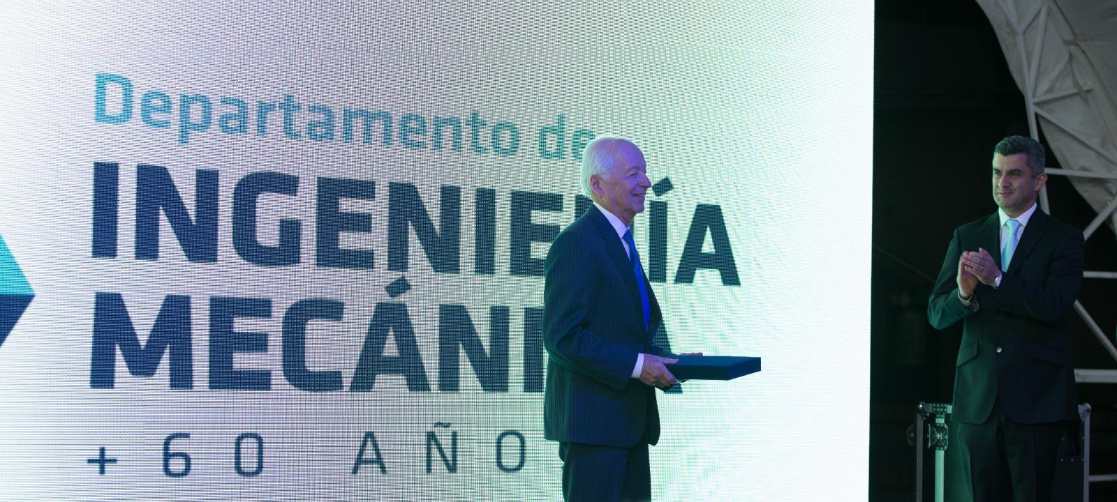 Profesor Rafael Beltrán recibiendo reconocimiento de toda una vida como profesor de la Universidad de los Andes