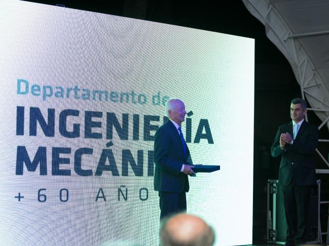 Profesor Rafael Beltrán recibiendo reconocimiento de toda una vida como profesor