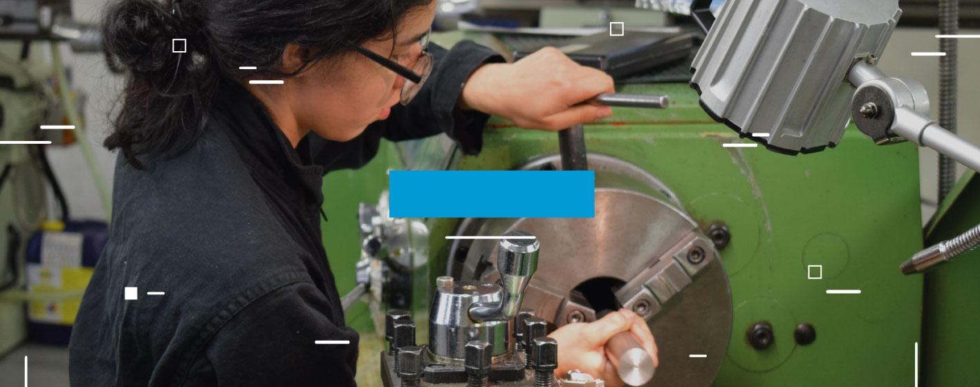 Estudiante de pregrado trabajando en torno del laboratorio de manufactura | Uniandes